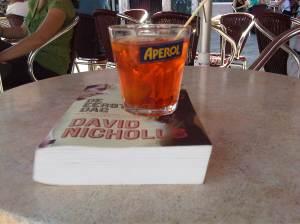 Het boek op de foto is van David Nicholls, scriptschrijver van Cold Feet, een lekker wegleesboek!